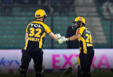 #HBLPSL6 Peshawar Zalmi win against Multan Sultans by 6 wickets. two players fist bumping one another