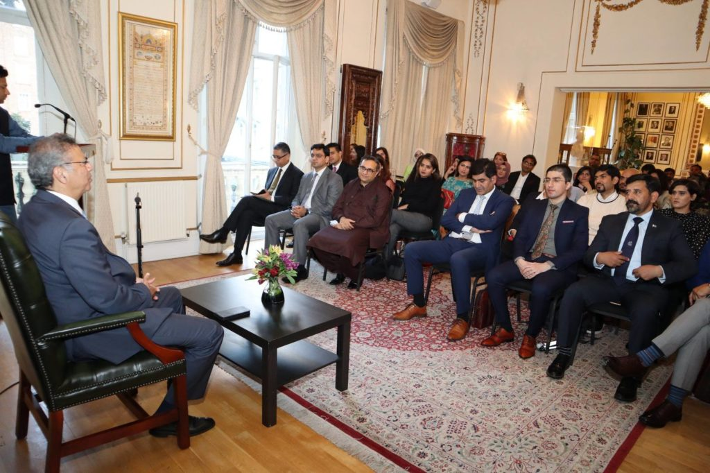 Pakistan High Commissioner to the UK, Moazzam Ahmad Khan interacting with the Chevening and the Commonwealth Scholars from Pakistan at the Pakistan High Commission London