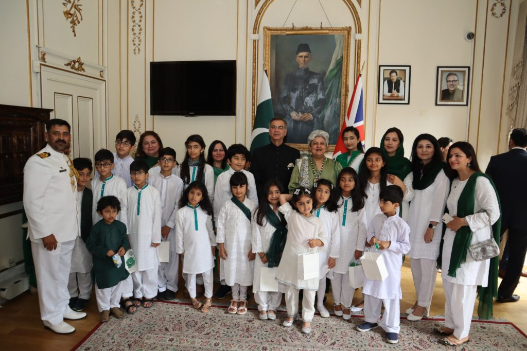 Children who presented National Anthem in a group photo with the High Commissioner and his spouse, and receiving prizes at the Independence Ceremony at Pakistan High Commission